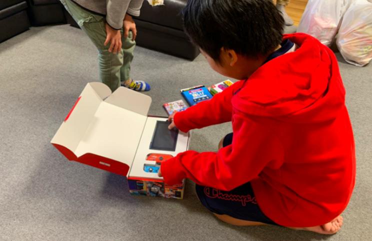 帮助孩子们追逐梦想!岛国油管主播为儿童福利院捐献最新游戏机