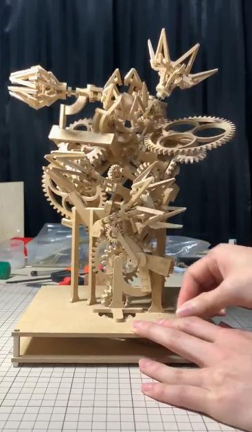 手工达人打造木制齿轮开花装置 别样精妙引网友热赞