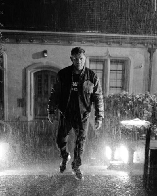 《毒液2》新幕后照曝光 汤老师站雨中上演湿身诱惑