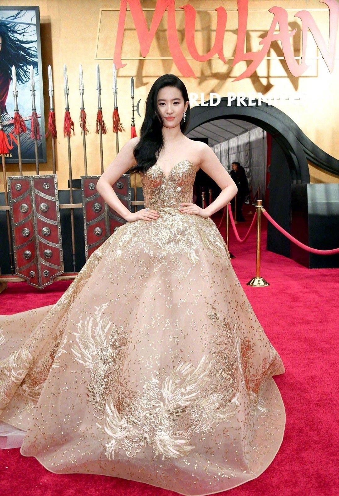 刘亦菲现身《花木兰》首映红毯 穿金礼服美艳动人