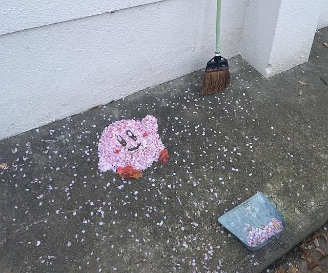 落樱缤纷!岛国教师扫樱花花瓣扫出粉色卡比引赞热议