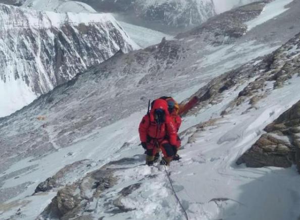 珠峰身高将更新!国家高程测量登山队站上喜马拉雅之巅