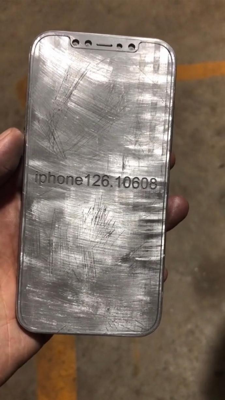 iPhone 12机模曝光:直边框首次回归、继续刘海屏