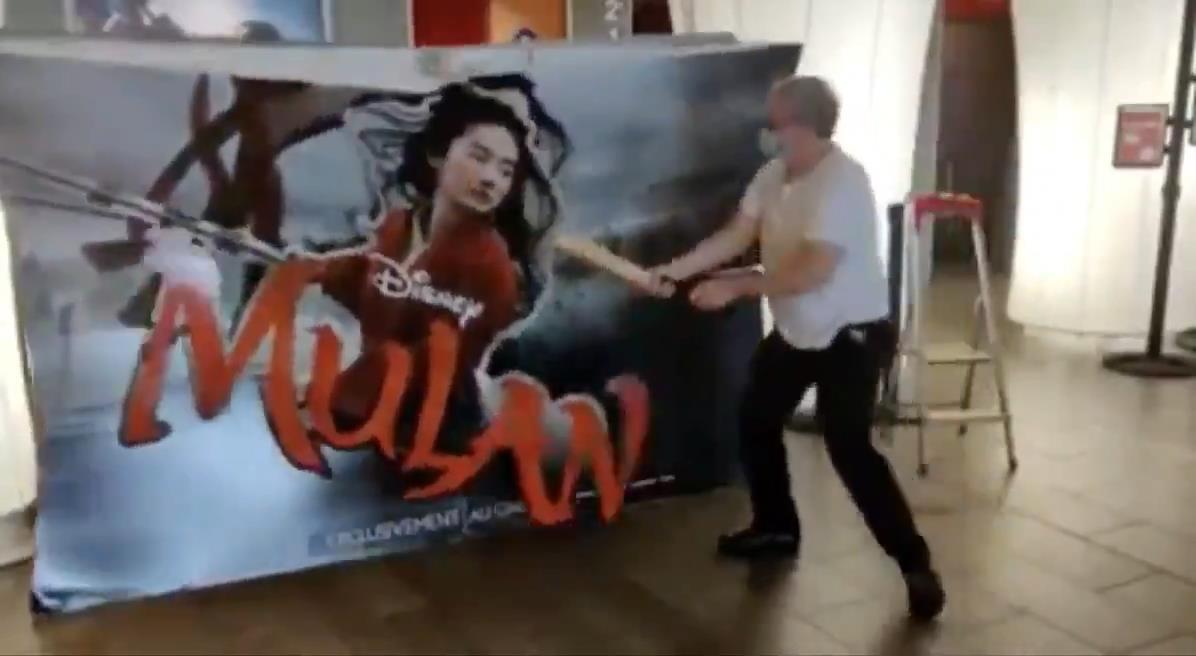 法国影院老板怒砸《花木兰》海报 原希望能助电影院复兴