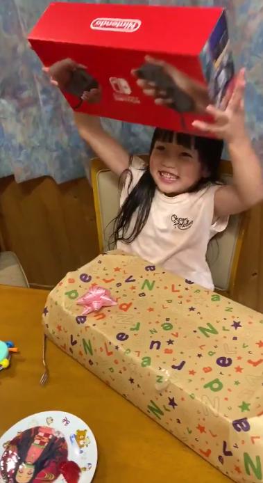 日本爸爸给女儿礼物NS忽悠是GB 女儿根本不知GB是个啥
