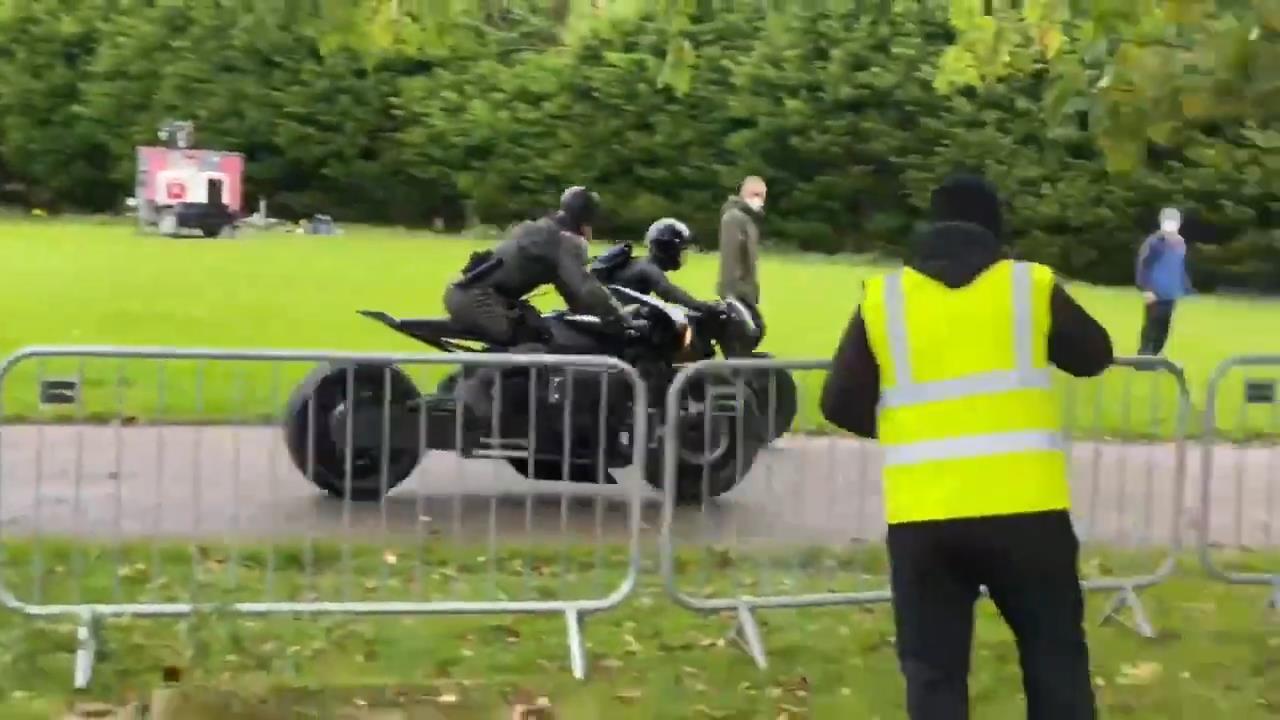 新《蝙蝠侠》片场视频 蝙蝠侠和猫女一起骑摩托