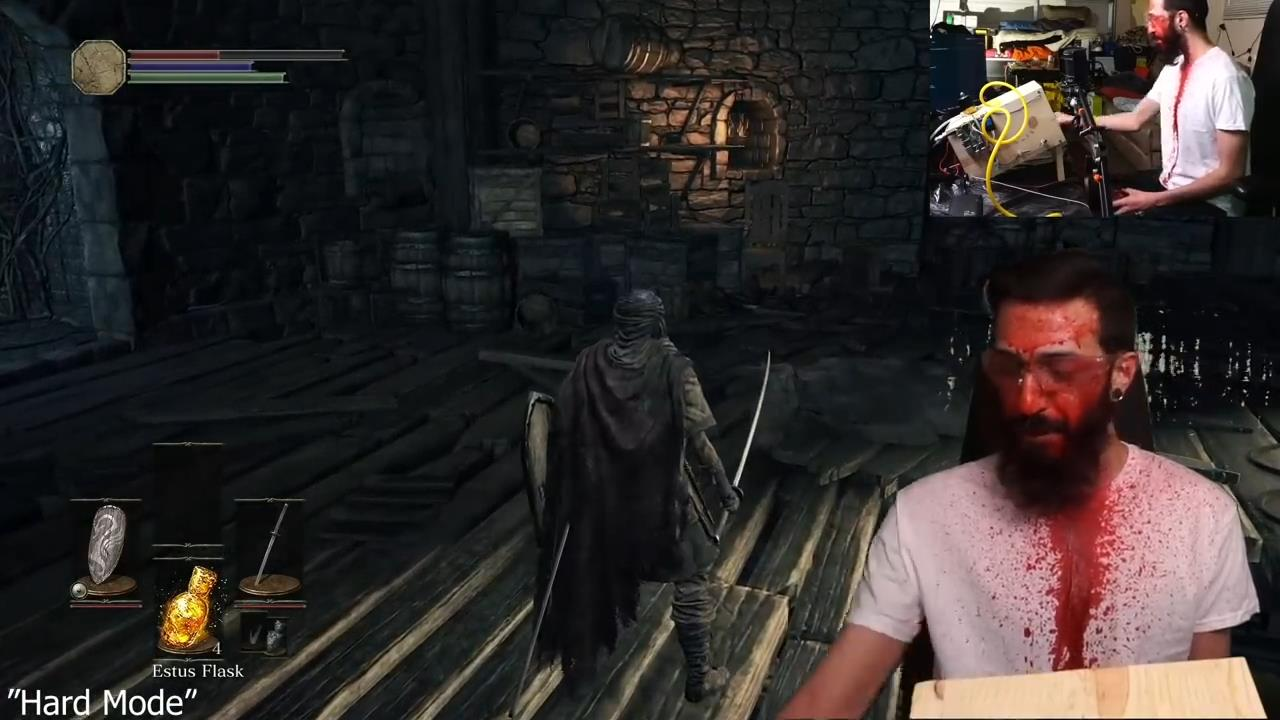 玩家自制《黑暗之魂3》互动装置 受伤会被喷一脸血