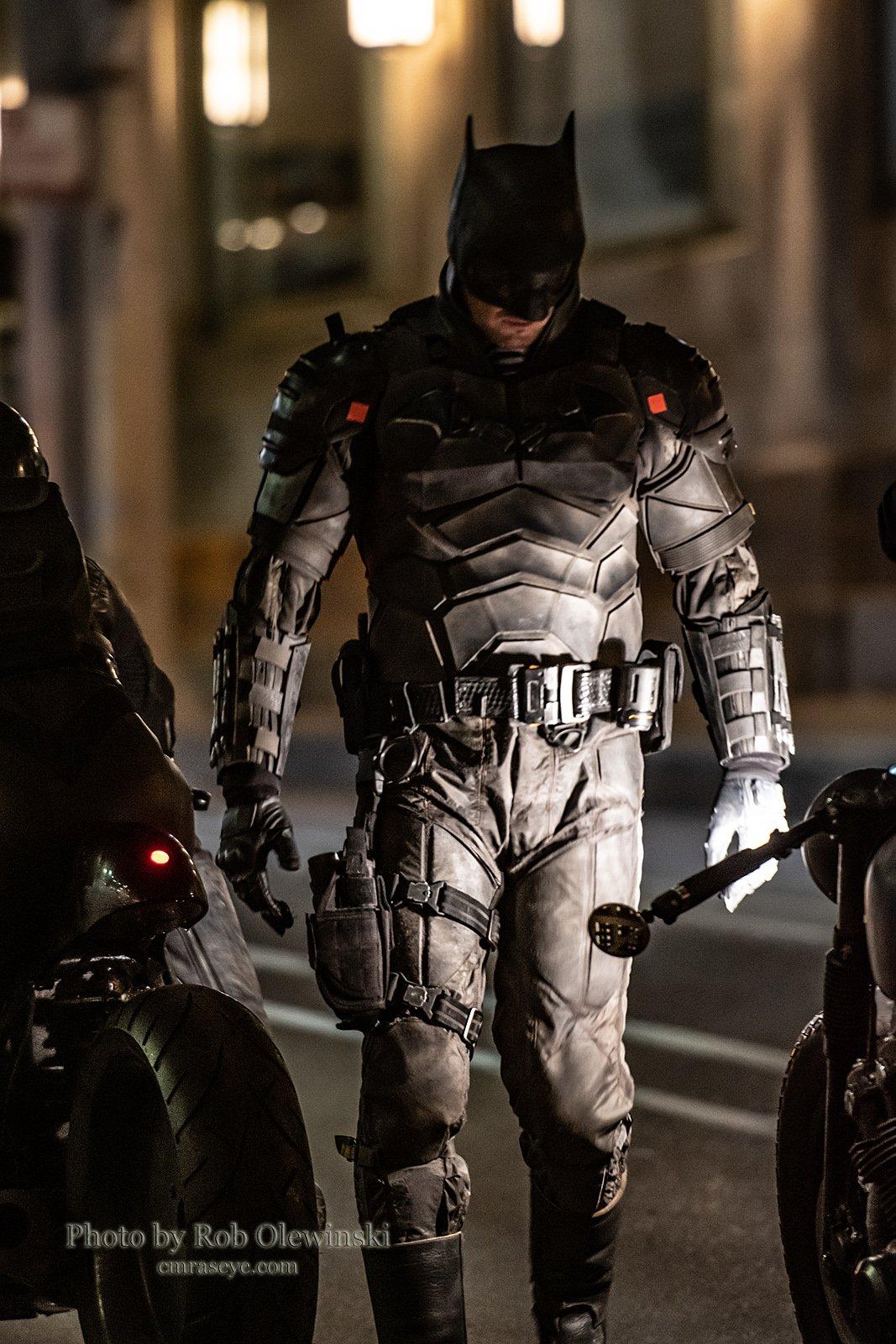 《蝙蝠侠》新片场照曝光 蝙蝠侠和猫女骑摩托行动
