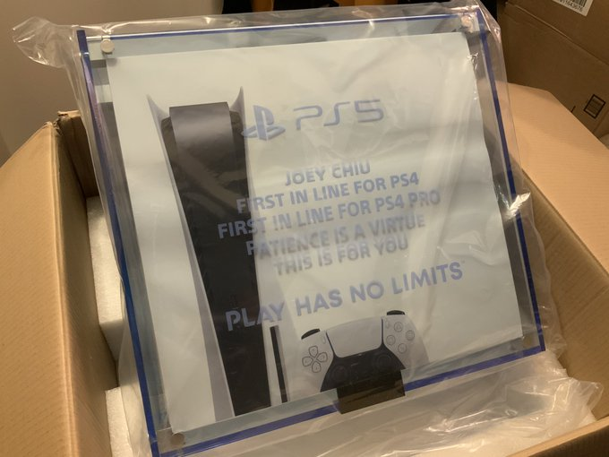 头号PS粉丝收到索尼大礼:PS5主机+定制奖杯+悉数首发游戏