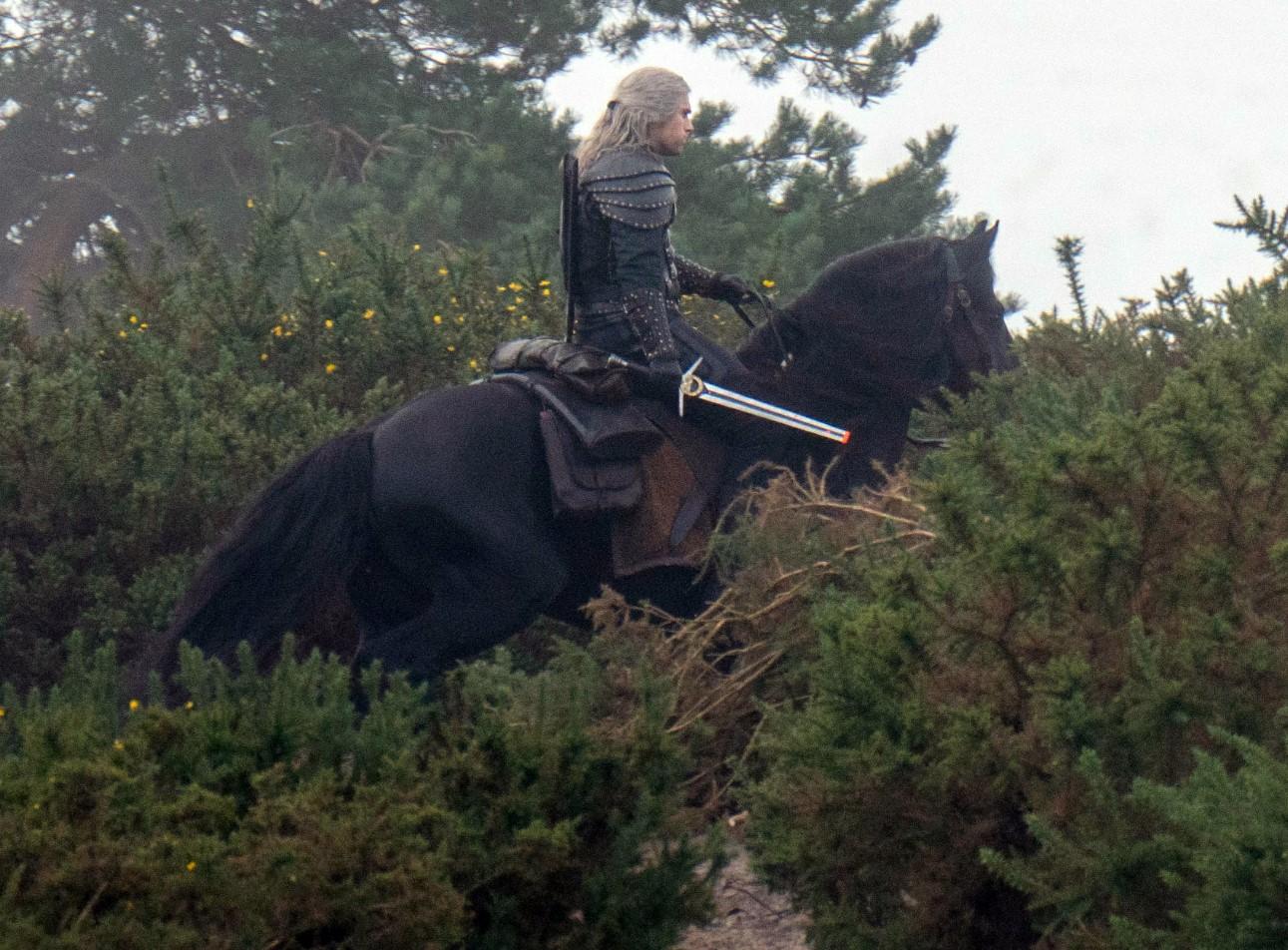 《巫师》第二季再曝新片场照:杰洛特骑萝卜剑