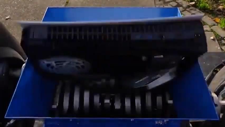 网友用粉碎机暴力碾压PS5!变成渣渣让人心疼
