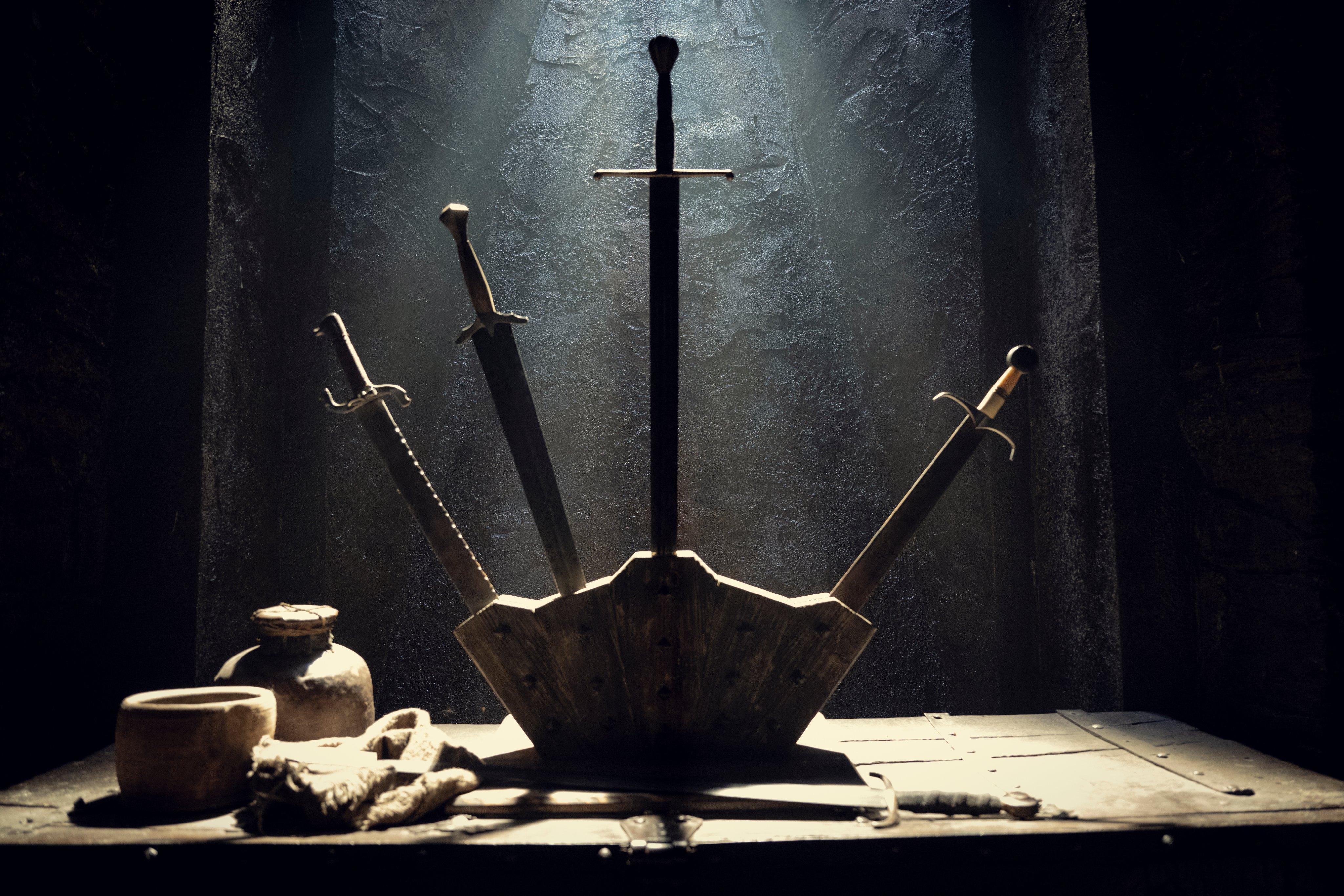 《巫师》第二季场景照公开 展示武器架、挂坠等物品