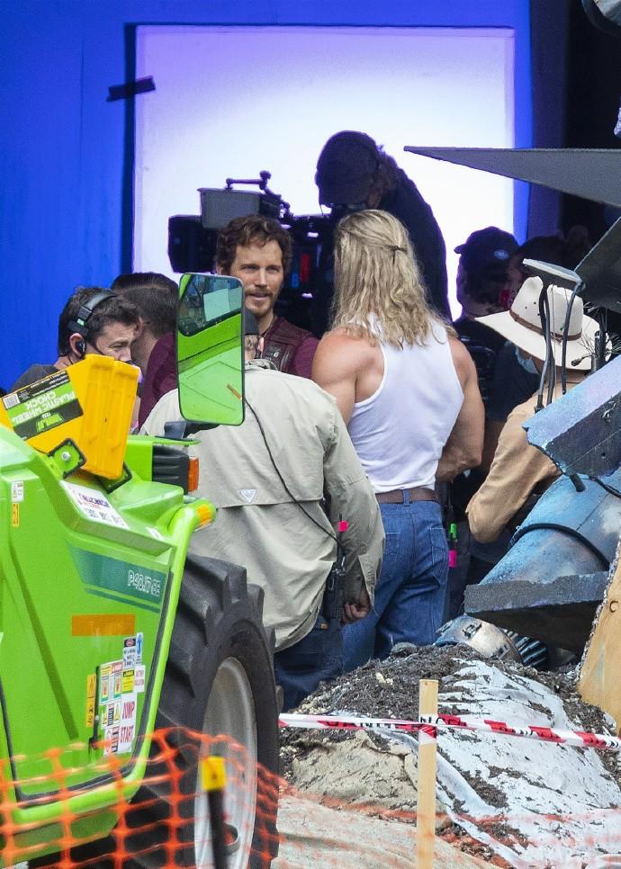《雷神4》首波片场照 锤哥性感迷人 星云高挑惹眼
