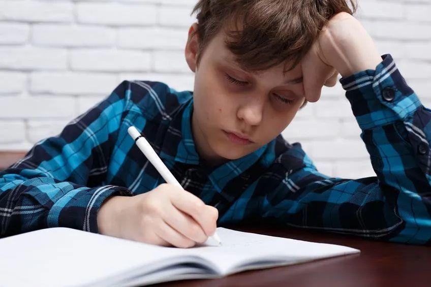 最新调查显示 中国超八成中小学生睡眠时长未达标
