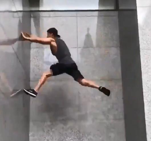 敏捷高玩演示现实蹬墙跳上高墙 网友惊叹马里奥经典动作有出处
