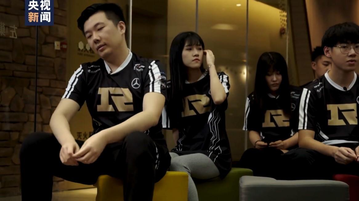 央视专访RNG电竞体验营:玩家训练后哭着说不打游戏了