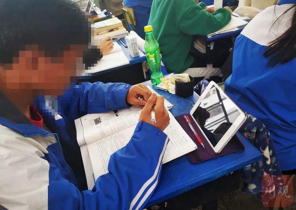 四川一中学诱导学生购买平板电脑 一次性支付5998元