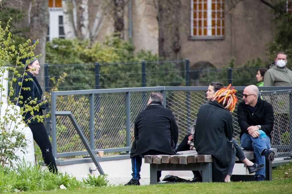《黑客帝国4》柏林补拍片场照 基努大胡子没了