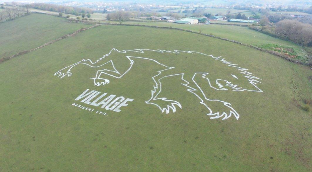 卡普空在山坡上绘制巨型艺术图 庆《生化危机8》发售