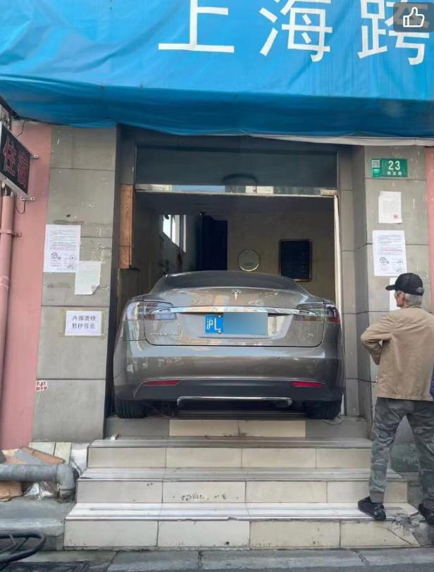 上海一特斯拉冲进宾馆大门 陶琳建议加强车主学习教育