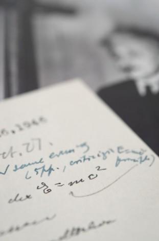 爱因斯坦亲笔信拍出124万美元 记录了传奇公式E=mc2