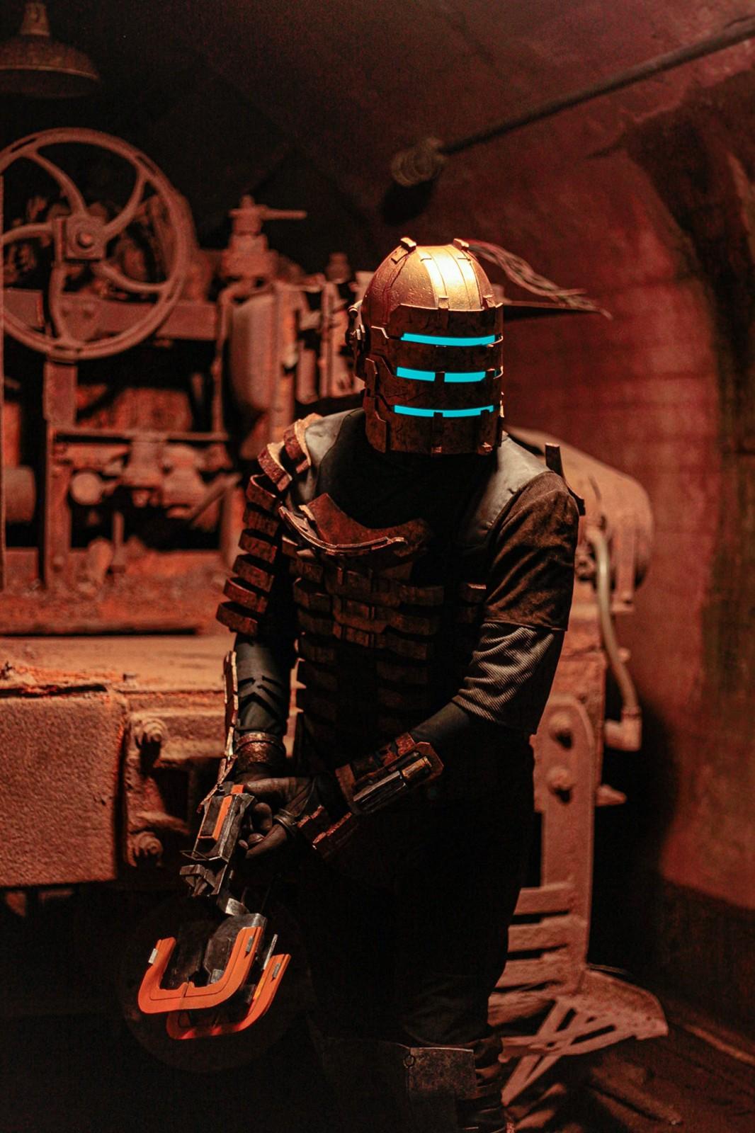 《死亡空间》装备精美COS 就连背部血条都还原了