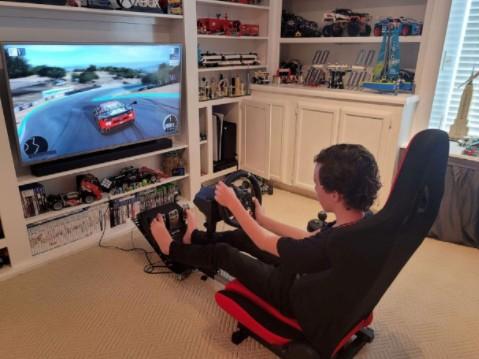 美国12岁男孩一周内从高中和大学毕业 自称更多时间在玩游戏