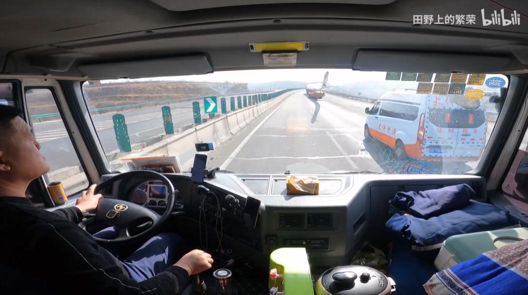 这辆贴着50张宝贝回家信息的大卡车,有个120万粉丝的驾驶员