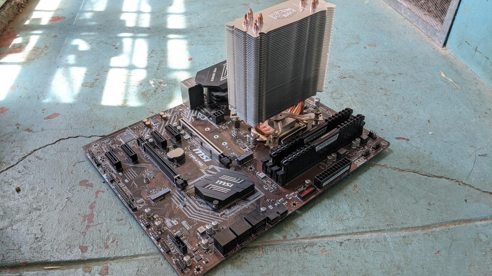 老外遛弯 在垃圾堆捡到i7/32GB/GTX1080台式机