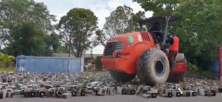 马来西亚警方重棒再挥!出动压路机压扁千台查获矿机