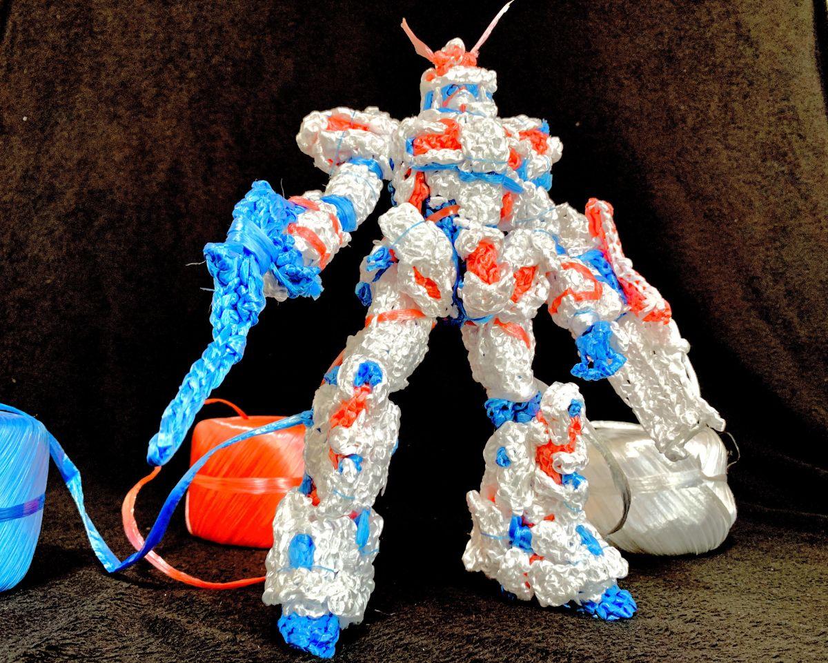 心灵手巧有模有样 高玩展示创意塑料绳编织高达模型插图1