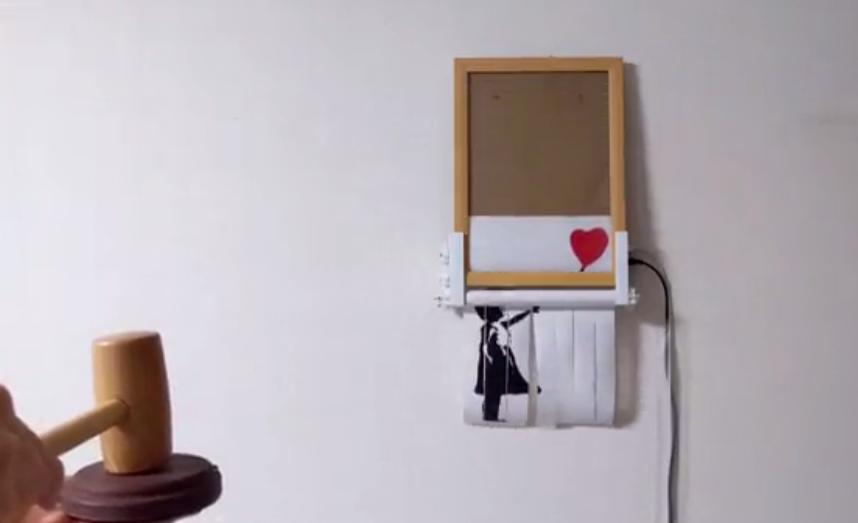 高玩打造巧妙装置 循环演示班克斯《女孩与气球》损毁过程