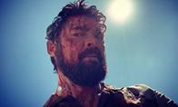 卡尔厄本满脸血!亚马逊人气登顶新剧《黑袍纠察队》第二季新剧照公开